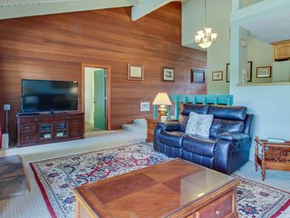 Spacious, rustic condo w/ shared pool & hot tub - near Baldy & Dollar Mountain