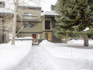 Updated townhouse near skiing, shared pools and hot tub