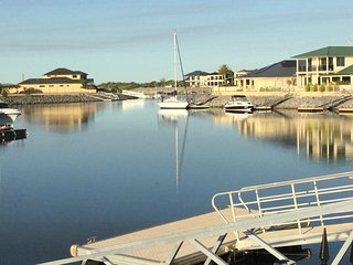 Absolute Waterfront Accommodation with private pontoon; sleeps 6