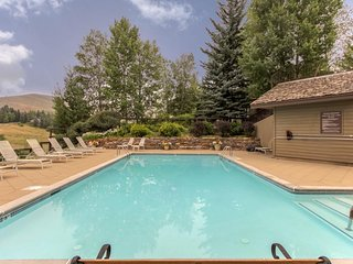 Comfortable condo w/ deck, shuttle access & shared pool, hot tub, saunas & more!