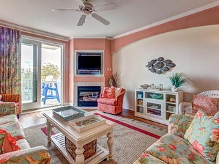 Adorable condo with shared pool and ocean view from balcony - walk to the beach!