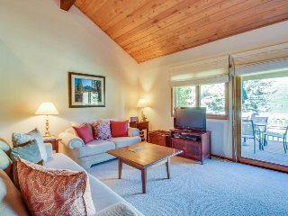 Spacious corner condo overlooking the golf course w/ shared pool & hot tub!