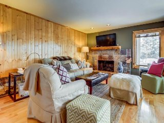 Newly remodeled condo, close to golf & skiing, w/ shared pool, hot tub & sauna