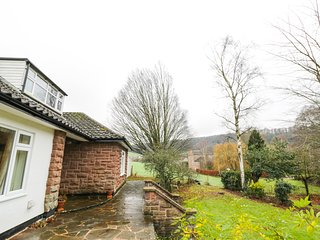 JACOBS ORCHARD, woodburner, all ground floor, three gardens, in Ross-on-Wye, Ref