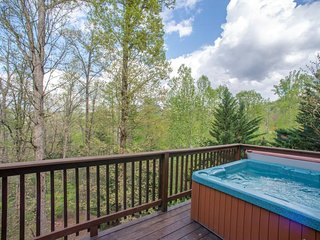 Great Cabin w/Fire Pit, Game Room, Fireplace, Hot Tub, Porch Swing, 2 Grills!