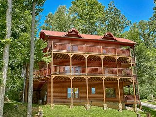 Luxury 5 Bedroom Cabin with Amazing Views - 8 Min to Downtown, 5 Min to Park