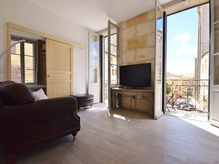 2nd Floor apartment in Parisien style townhouse, facing the Ducal palace