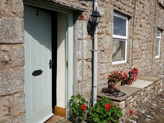 Penny Black Cottage - Private parking, garden, log burner, dog friendly, wifi.