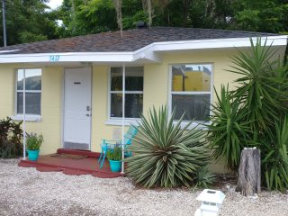 Adorable 1/1 Cottage Minutes to Lido Key, Baseball, Museums and more!