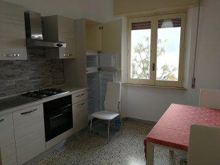 l'appartamento e' situato in un palazzo molto tranquillo a 2 passi dal corso.