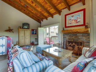 Cabin-style condo w/ shared hot tub & pool, walk to slopes!