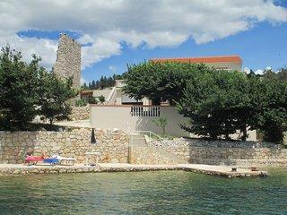 Villa Yvon. pieds dans l'eau, plage aménagée,,3 chambres 2 km de Novalja,.Caska.