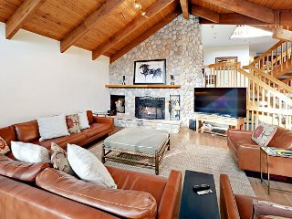 Luxe 4BR Mountain Getaway w/ Private Hot Tub, Sauna, Billiards & 2 Balconies