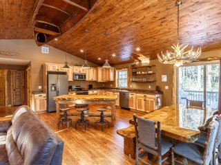 ***New Listing! Luxury 5 Bed Cabin Under the Trees, Minutes from the Dells***