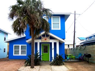 DANCING STARFISH COTTAGE**STEPS FROM POOL**IN TOWN**4 BEDROOM 3 1/2 BATH