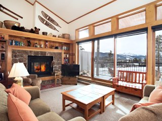 CONDO WITH STUNNING MOUNTAIN VIEWS, KEY LOCATION NEAR SHUTTLE STOP!