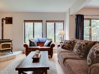 Cute condo near golf & Payette Lake Wi-Fi and a great shared pool & hot tub!