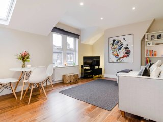 Bright stylish Brixton flat for 4