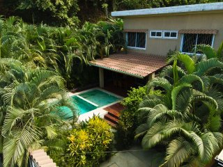 Modern villa with private pool, A/C, BBQ. Central & 1 min. from beach and surf!