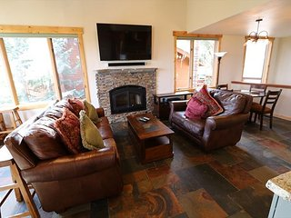 Remodeled, 4 Bed + Loft/4 Bath, Walk to Eagle Lodge, Private Jacuzzi