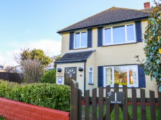 DOWNSVIEW HOUSE, countryside views, WiFi, beach and harbour nearby, Ref 973324