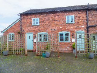 PRIMROSE COTTAGE, barn conversion, open-plan, access to swimming pool and hot