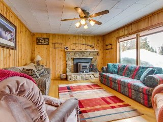 Cozy cabin with a short walk to Payette Lake, beach access, & outdoor firepit!