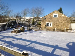 MILL CROSS FARM, en-suite, countryside views, Cowling 1 mile, Ref 952350