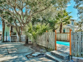 Short Walk to Private Beach, Private Pool, Gourmet Kitchen, Lake, Bikes, Kayak