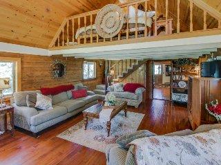 Rustic, dog-friendly, two-story log cabin near Jug Mountain