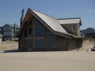 Beachcomber #143 - charming oceanfront cabin in the sand in Pacific City