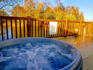 Prime lakeside position Private hot tub and private fishing peg.