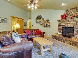 Peaceful mountain hideaway w/ gas fireplace, large back patio & modern comforts