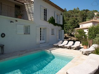 210983 5-bedrm villa,small sea view,airco,heated pool, beach 1.5 km, centre 2 km