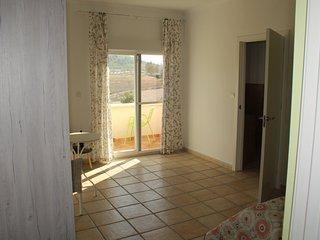 Overzicht kamer met toegang tot balkon en badkamer
