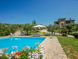 Detached 5 bedroom villa with private pool near Todi. Air conditioning and Wi-fi