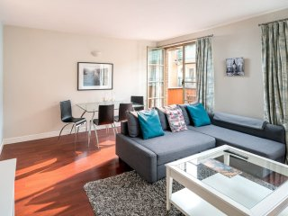 Modern 1 bed for 4 in TowerBridge with balcony