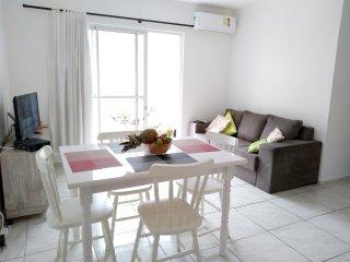Apto a 900 mts da praia dos ingleses c 2 dorms, suite, WIFI, quintal privativo!
