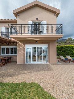 Beachfront Villa, Private Pool & Sea Views perfect for couples & families