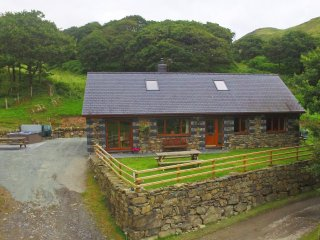 Located in Snowdonia features a Hot Tub. Llidiart y Llyn:414173