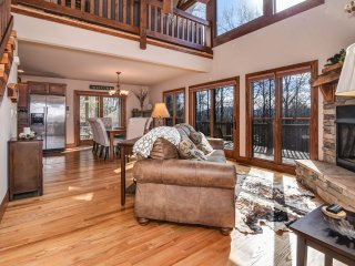 Secluded Luxury Mountain Cabin with views, hot tub, easy driveway, spa bathroom!