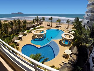 Condo right on the best beach in Mazatlan, Exceptional View