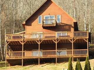 Hidden Cove cabin offers views of lake and mtns, wifi, hot tub and canoe!