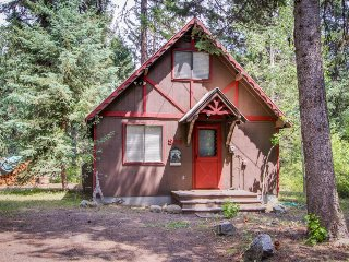 Charming riverfront cabin w/large deck near Payette Lake!