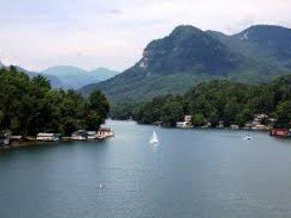 Um passeio de barco coberto de Lake Lure é uma ótima maneira de passar a tarde!