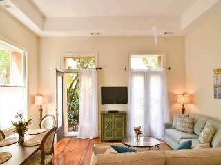 2 bed/1.5 bath Luxury Pied-à-terre in Charleston's French Quarter, Free Wifi!
