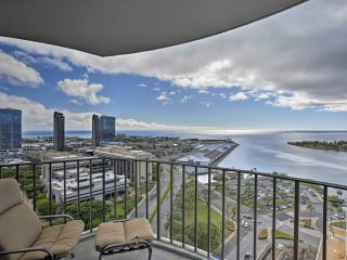 Honolulu Condo on 26th Floor w/Ocean Views & Lanai
