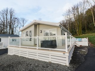 WOODSTOCK LODGE, open-plan living, incredible views of River Clyde, decking