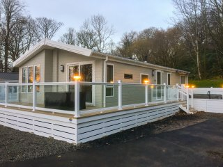 WOODSTOCK LODGE, open-plan living, incredible views of River Clyde, decking with