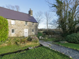 Y BWTHYN TY DU, semi-detached, rural, good beaches, near Pwllheli, ref 969566